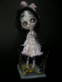 a sweet little zombie girl from Julien Martinez Awesome and creepy Creepy Toys, Scary Dolls, Creepy Art, Monster Dolls, Pretty Dolls, Beautiful Dolls, Ooak Dolls, Blythe Dolls, Dark Side