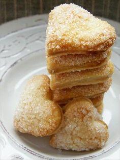 Znalazłam przepis na nie w GP. Zaskoczyły mnie prostotą. Są naprawdę pyszne, chociaż obawiałam się, że nie będą słodkie, skoro do ciasta nie dodaje się cukru.