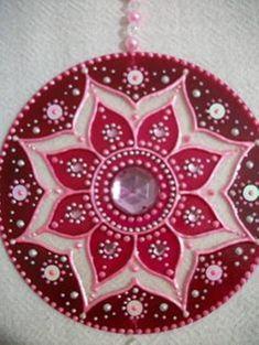 Risultati immagini per mandala feita com cd Rock Crafts, Felt Crafts, Arts And Crafts, Glass Painting Designs, Dot Art Painting, Mandala Dots, Mandala Pattern, Cd Recycle, Old Cd Crafts