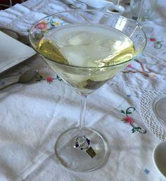Un cocktail elegante para estas fiestas puede ser elMartini Royale. La conocida marca fabricante del aperitivo ofrece este cocktail ya preparado en botella, pero si lo preparamos nosotros mismos el resultado será mucho más satisfactorio.Además, es muy fácil de preparar y suave de gusto. La base de este cocktail es la mezcla de dos alcoholes,