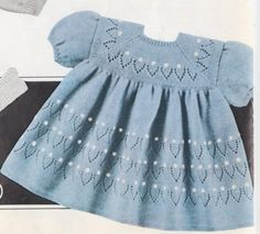 Robe à dessins ajourés Knit Baby Dress, Knitted Baby Clothes, Crochet Clothes, Kids Knitting Patterns, Knitting For Kids, Frock Design, Knitting Baby Girl, Baby Girl Patterns, Baby Frocks Designs