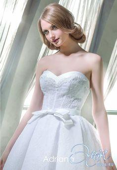 Cвадебное платье Адриана: пышное платье (бальное), балетный стиль, короткое платье, с вырезом сердечком, с пышной юбкой, без шлейфа, модель до 2016 года, платье, полностью кружевное платье, пояс, основная ткань: кружево