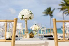 Guest taable wedding decor| Venue Kukua Punta Cana, Dominican Republic| Photo by Destination Wedding Photography Ambrogetti Ameztoy Photo Studio Punta Cana