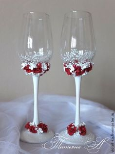 Handmade so pretty. I will definitely make these. Wedding Wine Glasses, Wedding Champagne Flutes, Wine Bottle Glasses, Champagne Glasses, Decorated Wine Glasses, Hand Painted Wine Glasses, Wine Glass Crafts, Wine Bottle Crafts, Glitter Glasses