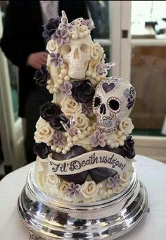For skull crazy gals and guys this is the perfectly baked wedding cake!