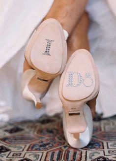 Le jour de son mariage, tout doit être parfait, jusque dans les moindres détails.Cela passe par les chaussures !Voici quelques jolies idées de personnalisation : avec des strass, des paillettes reprenant les prénoms et date de l'heureux événement... ou encore une transformation en véritable œuvre d'art et très graphique.Crédit : Style Me PrettyCrédit : Figgie ShoesCrédit : 100 layer cake et Great wedding shoesEt vous, avez vous fais quelques choses à vos chau