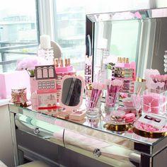 Glam makeup vanity desk make up . Diy Makeup Vanity, Makeup Storage, Makeup Organization, Makeup Vanities, Glam Makeup, Makeup Pro, Room Organization, Corner Vanity, Vanity Desk