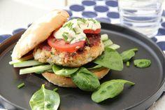 Fiskeburger, men f.eks pitabrød i stedet og gulrot. Good Food, Yummy Food, Aioli, Dessert For Dinner, Different Recipes, Salmon Burgers, Cake Recipes, Tasty, Favorite Recipes