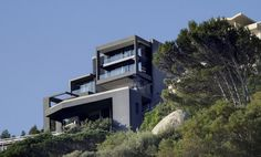 South African architects SAOTA know modern architectural design, and this sloping lot home design is no exception. This hillside home in Clifton, just on the outskirts of Cape Town, sits...