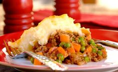 Traditional Cottage Pie, just like Granny used to make. Bulk up your cottage pie with carrots and-peas for an easy-on-the-pocket dinner! South African Dishes, South African Recipes, Ethnic Recipes, Easy Dinner Recipes, Easy Meals, Dinner Ideas, Easy Cooking, Cooking Recipes, Cottage Pie