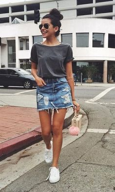 Stylish Denim Skirt Outfits Ideas To Makes You Look Stunning 08 Stylische Jeansrock-Outfits lassen dich umwerfend aussehen 08 This image. Casual Skirts, Casual Outfits, Casual Shoes, Casual Clothes, Mode Outfits, Fashion Outfits, Style Fashion, Skirt Fashion, Sneakers Fashion