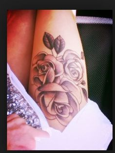 Rose tattoos are simply beautiful. These are the top rose tattoo designs, artists, body placements, etc to make you realllllly want a rose tattoo! Side Thigh Tattoos, Rose Tattoo Thigh, Leg Tattoos, Flower Tattoos, Sleeve Tattoos, Tattos, Tattoo Roses, Tatuajes Tattoos, Maori Tattoos