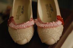 Chaussures de princesse, macarons et Marie Antoinette. Voilà :)
