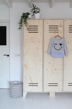 A locker cupboard of underlayment The post Nice combination! A locker cupboard of underlayment appeared first on Woman Casual - Kids and parenting Baby Room Furniture, Baby Room Decor, Kids Furniture, Furniture Design, Wooden Wardrobe, Diy Wardrobe, Master Bedroom Plans, Kids Bedroom, Wooden Lockers
