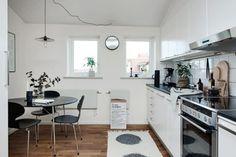 Gravity home, Source: Alvhem Mäkleri Small Attics, Small Spaces, Scandinavian Living, Scandinavian Interior, Studio Decor, Gravity Home, Studio Apartment Decorating, Small Apartments, Kitchen Interior