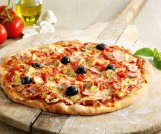 Pour passer une bonne soirée avec vos amis, pensez aux classiques, comme la pizza jambon fromage. Découvrez la recette facile et plutôt rapide.