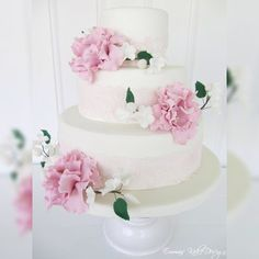 Nydelig kake med blonder, fantasiblomster og markblomster med stilker.