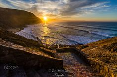 DESDE ARRIBA - Bajando las escaleras para llegar a la playa me encontre con este espectacular atardecer lleno de luz y color....