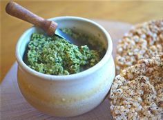 Roasted Garlic and Pumpkinseed Pesto: This dish is great for your heart, and also terrific for flu season: both garlic and pumpkin seeds are high in antioxidants, and the pumpkinseeds contain zinc, essential for fighting viruses and bacteria. Vegan Vegetarian, Vegetarian Recipes, Healthy Recipes, Gluten Free Pumpkin, Pumpkin Recipes, Cilantro Pesto, Vegan Sauces, Candida Diet, Roasted Garlic