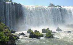 Situadas en la frontera entre la Argentina y el Brasil, las Cataratas del Iguazú representan una de las Siete Maravillas Naturales del Mundo. El famoso mirador Garganta del Diablo, la vegetación subtropical, arco iris formados por el rocío y múltiples recorridos por tierra o agua seducen a todo tipo de viajero, tanto nacional como internacional. Sin dudas, un destino paradisíaco.