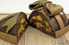 Receita de Ovo de páscoa de bolo de cenoura com recheio de brigadeiro, em Doces e Sobremesas, ingredientes: ½ xicara (chá) de óleo, 3 cenouras grandes raladas, 4 ovos, 2 xícaras (chá) de açúcar, 2 e ½ xícaras (chá) de farinha de trigo, 1 colher (sopa) de fermento em pó...