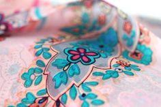 350b794750f8 Paisley motif cachemire Indien · Accessoire fashion, le foulard femme mode  et tendance le plus en vogue. A petit