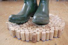 El corcho es un material aislante e impermeable. Por eso, ¡no se nos ocurre mejor lugar en el que dejar secando nuestras botas de agua!