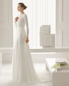 Vestido de crepe con mangas sencillas.