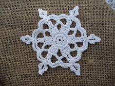 Zauberhafter, kleiner Schneekristall gehäkelt aus feinem Baumwollgarn.  Überall schön als Dekoration an einer Glasglocke, am Baum, an einem Geschenk,