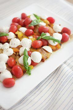 Caprese con mozzarelle napoletane e pomodorini datterini. Una vera specialità.