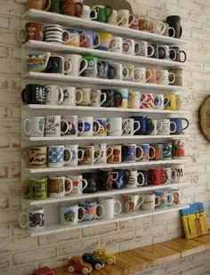 DIY #craft #Recycled #Pallets #mug #collection #shelves #Easy #Cheap #unexpensive #Storage #project #Actual #Simple #Home #Decoration #White painted +++ Manualidad  #estanterias de madera reciclada de #palets para #coleccion de mug tazas Decoracion Hogar casa Facil Barato