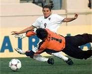 this is a picture of Mia hamm weaving passed the goal keeper Football Players Photos, Female Football Player, Soccer Players, Real Madrid Soccer, Barcelona Soccer, Fc Barcelona, Messi Soccer, Nike Soccer, Soccer Cleats