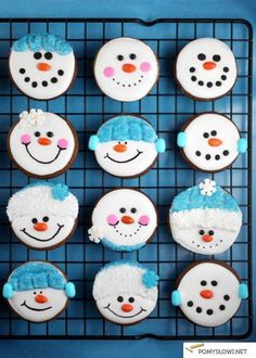 Christmas Cookie Recipes Snowman gingerbread cookies from Bakerella. So cute!Snowman gingerbread cookies from Bakerella. So cute! Christmas Sweets, Christmas Cooking, Noel Christmas, Christmas Goodies, Cute Christmas Cookies, Italian Christmas, Decorated Christmas Cookies, Christmas Ideas, Christmas Biscuits