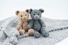 """Teddy Bamsen – Jeg er forelsket… Jeg har set mange forskellige hæklede bamser, men for søren da.. Disse her er slet ikke til at stå for.. Jeg er virkelig forelsket…. Se dem lige… De er da for lækre ik? Opskriften på Teddy bamserne er fra Go Handmade, og ved i hvad? Den kan hentes ganske gratis lige HER(Dog i en begrænset periode) Teddy bamserne findes i 2 størrelser : 35 cm og 24 cm. Teddy bamserne er hæklet i Go Handmades populære Teddy garn som du finder HERsammen med det nye """"Vintage""""…"""