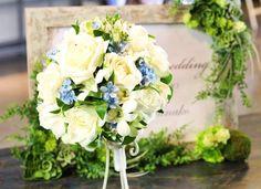 白バラに幸せを意味する『サムシングブルー』が入ったラウンドブーケ