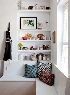 I really like these shelves nicely tucked away above the bench. Awesome for a kitchen corner or a window seat in the living room Corner Window Seats, Corner Bench, Alcove Shelving, Bookshelf Storage, Wall Shelving, Bar Shelves, White Shelves, Corner Shelves, Kitchen Shelves