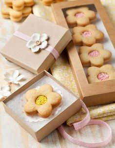 Flower cookies with pretty packaging Dessert Packaging, Bakery Packaging, Cookie Packaging, Pretty Packaging, Custom Packaging, Cookie Box, Cookie Gifts, Food Gifts, Cookie Favors