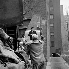 Vivian Maier     Self-portrait With Working Man Carrying Mirror, New York City     Undated @Kim Kiwi