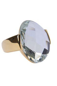 O anel de pedra cristal chic é uma bijuteria fina que combina com muitas cores de roupa.    Indicamos para as mulheres que gostam de usar muitas bijuterias e destacar as mãos.    E para aquelas que gostam de looks básicos ele é ideal para dar o toque final na produção.    O anel de pedra cristal chic tem acabamento polido, sua pedra é zircônia e o banho dourado