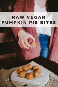 Raw Pumpkin Pie Bites | #vegan #beegan #cleaneating #healthyrecipes #pumpkinpie #rawbites #energybites #snack #healthyfat #recipes