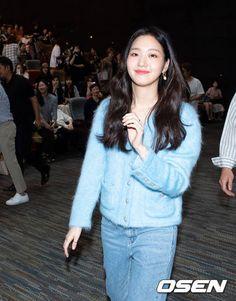 김고은, '유열의 음악앨범' 놀러 오세요 [사진] | 다음 연예 Kim Go Eun Style, Casual Office Attire, T-shirt Und Jeans, Girl Fashion, Fashion Outfits, Korean Street Fashion, Daily Look, Celebrity Style, Summer Outfits
