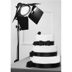 Pièce Montée Marilyn noire pâtisserie La Romainville. Wedding Cake noir et blanc pour un mariage sur le thème du cinéma ou rétro chic... Retrouvez cette pièce montée américaine sur www.laromainville.fr/wedding-cakes/83-piece-montee-marilyn-noire.html
