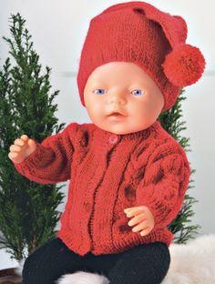Trøjen har flotte, flettede border på både forstykker og ærmer og huen er en rigtig nissehue Knitting Dolls Clothes, Knitted Dolls, Doll Clothes Patterns, Doll Patterns, Knitting Patterns, Ag Dolls, Reborn Dolls, Girl Dolls, Knitting For Kids