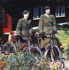 Two American women with bicycles in front of a house, Southern England, June 1944 (photo)