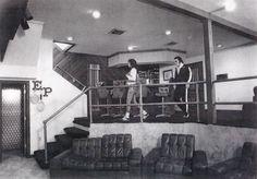 Résultat d'images pour Rare Elvis Presley at Graceland Elvis Presley Graceland, Elvis Presley Facts, Graceland Mansion, Elvis Presley House, Elvis Presley Photos, Rare Elvis Photos, Rare Photos, Elvis Collectors, Hollywood Homes