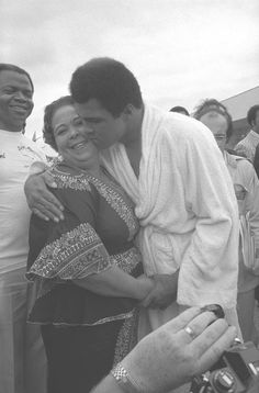 Muhammad Ali & his mother, Beautiful image.We often forget the wonderful women behind these succesful men. Muhammad Ali Boxing, Non Plus Ultra, Float Like A Butterfly, Sports Personality, Boxing Champions, African American History, Star Wars, Black Is Beautiful, Black History