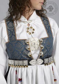 Aust-Agderbunad Åmli til dame - BunadRosen AS Frozen Costume, Halloween Dress, Folk Costume, Ethnic Fashion, Costume Design, Traditional Outfits, Well Dressed, Folklore, How To Wear
