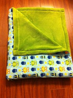This blanket looks sooo cozy! Homemade blanket tutorials can be found on this blog.