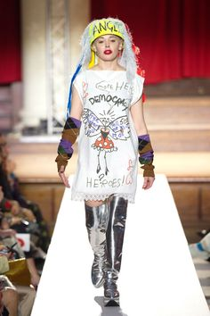 Vivienne Westwood protests climate change with Homo Loquax show at London Fashion Week London Fashion Weeks, Uni Fashion, Rebel Fashion, 90s Fashion Grunge, Fast Fashion, Ethical Fashion, Fashion Brands, Fashion Show, Fashion Design