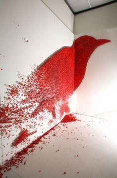 Ici, on peut voir un oiseau rouge qui se désintègre. Je dirais que le rouge est vermillon. Très réussi.